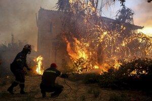 Grécko zápasí s vlnou lesných požiarov.