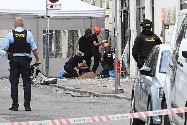 Polícia zatiaľ nedala explóziu zo 6. augusta do súvislosti s výbuchom pri neďalekej policajnej stanici, ku ktorému došlo o štyri dni neskôr, aj keď pri oboch boli využité priemyselné trhaviny.