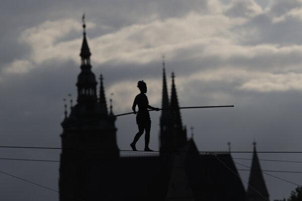 Tatiana-Mosio Bongoga kráča po 350 metrov dlhom lane vo výške 35 metrov nad riekou Vltavou.