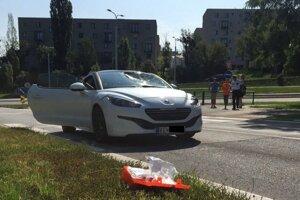 Pri náraze do cyklistu sa na aute rozbilo čelné sklo.