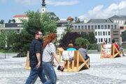 Na Svätoplukovom námestí nedávno pribudlo drevené sedenie.