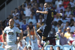 Stanislav Lobotka (vľavo) a za ním Karim Benzema v zápase Celta Vigo - Real Madrid.