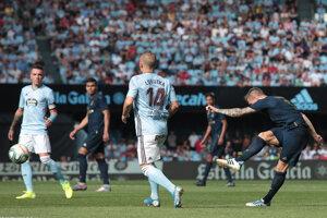 Stanislav Lobotka sleduje, ako Toni Kroos strieľa gól.