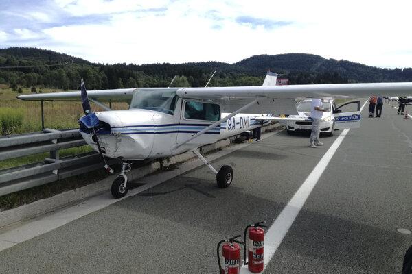 Lietadlo núdzovo pristálo na diaľnici.