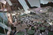 Zničená svadobná sála v Kábule, kde samovražedný atentátnik zabil 63 ľudí a 182 zranil.