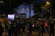 Demonštranto protestovali proti Číne pred jej zastúpením v Hongkongu.