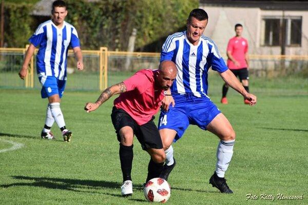Kolárovo (v ružovom) zdolalo doma Nesvady po dvoch penaltách