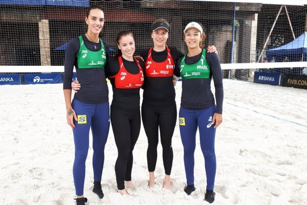 Janka Šimanicová (tretia zľava) so svojou spoluhráčkou asúperkami zBrazílie, bývalými majsterkami sveta.