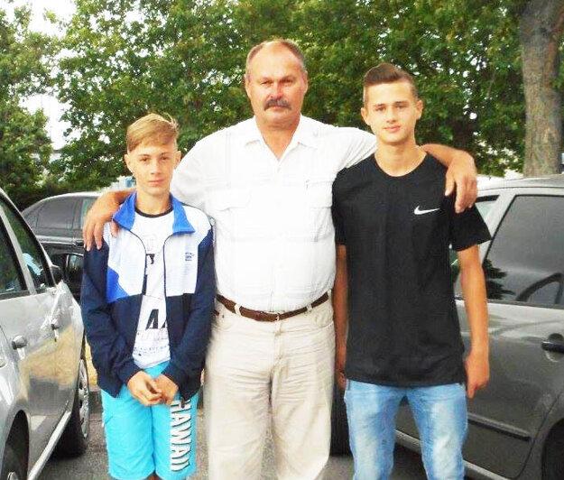 Starosta Čifár Július Czapala s odchovancami klubu, ktorí si zahrali za výbery ObFZ Nitra na medzinárodnom turnaji.
