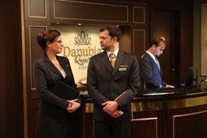 Zuzana Fialová ako workoholička, perfekcionistka a riaditeľka hotela Adela Grácová a Alexander Bárta ako prefíkaný a precízny manažér hotela Daniel Líška.