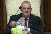Predseda novozélandského parlamentu Trevor Mallard viedol v stredu zasadnutie zákonodarného zboru aj so šesťtýždňovým bábätkom.