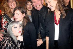 So jeanom-paulom gaultierom (v strede) si zapózovala speváčka Beth Ditto (Dole vľavo)