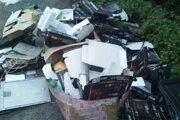 Do dvoch hodín si pôvodca skládky odpratal odpady sám.