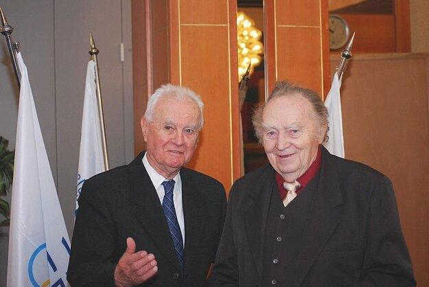 Bývalý dlhoročný prezident klubu Zdeněk Hrbáček (vpravo) dostal bronzové olympijské kruhy od Vladimíra Černušáka.