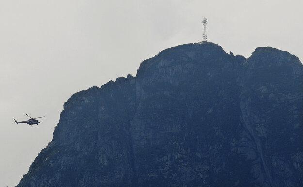 Vrtuľník záchranárov pri vrchu Giewont.