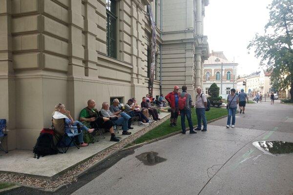 Piatkové čakanie na špeciálnu košickú eurobankovku, ktorú predávali v sobotu.