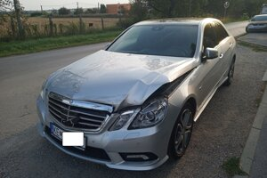 Mercedes s poškodeným predkom, ktorým postrčil džíp.