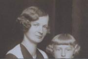 B. Palacková si po vojne ušila svadobné šaty z padáka.