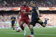 Mohamed Salah (vľavo) a Nacho Monreal v súboji o loptu v zápase 3. kola anglickej Premiere League.