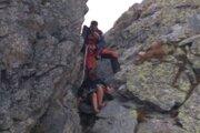 Poliaci nerešpektovali nič, čo by v horách mali - boli bez skúseností, výstroja, oprávnenia na vstup do terénu mimo značiek. Na snímke vidno, v akej obuvi sa pustili do lezeckého terénu.