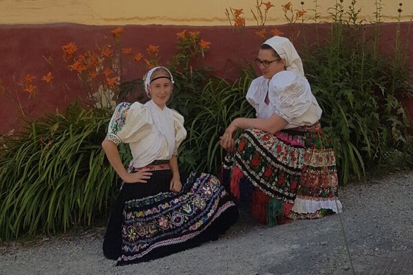 Miška a Janka v tradičných krojoch.