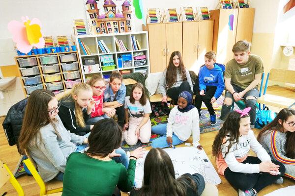 Spoločná aktivita žiakov z Veľkej Británie, Poľska a zo ZŠ kniežaťa Pribinu pod vedením školskej psychologičky Reginy Vrbenskej.