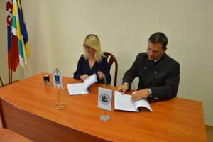 Slávnostný podpis zmluvy.