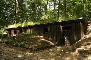 Partizánske bunkre, kde fašisti zaživa upálili partizánov, na Jankovom vŕšku nad obcou Uhrovec.