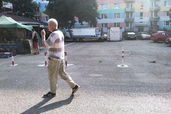 Stĺpiky pri tržnici na sídlisku Vlčince vyčlenili súkromný pozemok, na ktorom zvykli parkovať obyvatelia Slovanskej cesty.