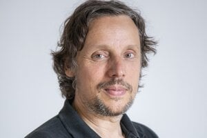 Tim Clausen (1969) je štrukturálny biológ a pôsobí ako seniorný vedecký pracovník Výskumného inštitútu molekulárnej patológie vo Viedni. Je nositeľom viacerých zahraničných ocenení, pričom jeho výskum získal v roku 2016 prestížny európsky grant Európskej výskumnej rady (ERC). Rozhovor sa uskutočnil pri príležitosti jeho popularizačnej prednášky na Detskej Univerzite Komenského.