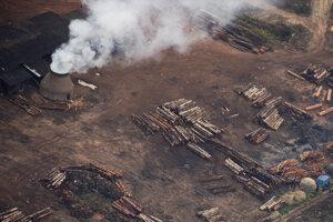 Letecký záber závodu na spracovanie dreva pri Vila Nova Samule v Brazílii.