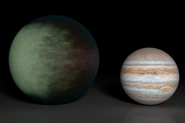 Kepler-7b (vľavo) v porovnaní s Jupiterom.