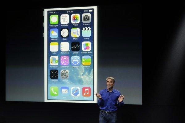 iOS 7 po šiestich rokoch zmenil podobu iPhonu.