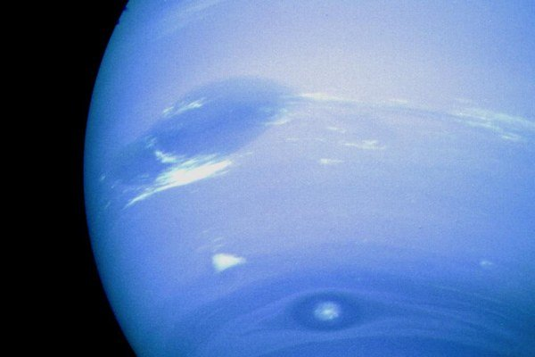Pri planéte Neptún dnes poznáme štrnásť mesiacov.