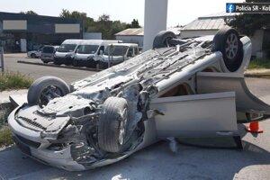 Mercedes skončil po nehode v Michalovciach na streche.