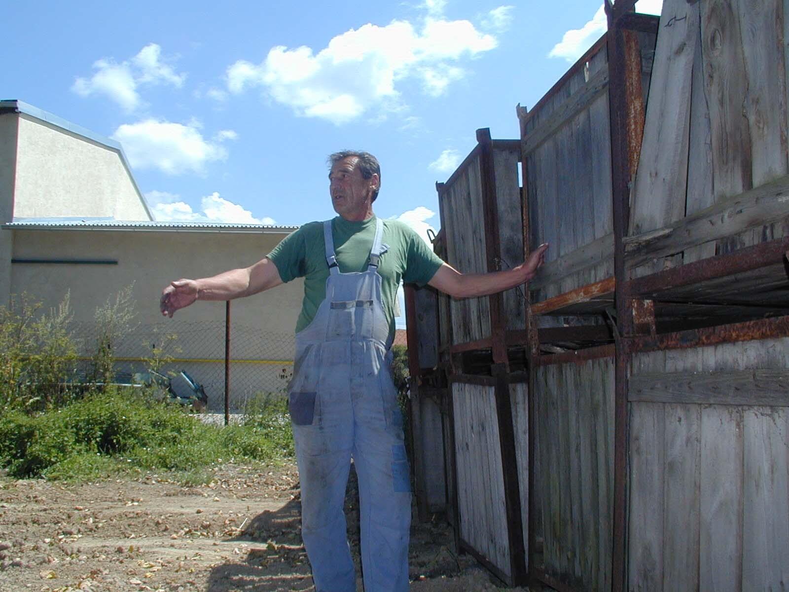 Ján Farbiak stojí na mieste, kde chodník skončil – pri paletách.