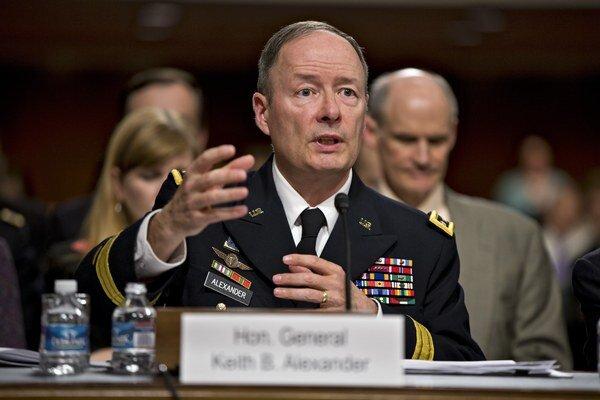 Šéf NSA Keith Alexander vysvetľoval americkým senátorom program PRISM.