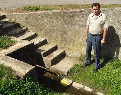 """""""jediný zdroj pitnej vody vmaškovej je táto malá studňa,"""" hovorí starosta marian halgaš."""