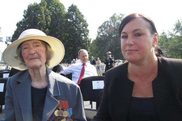 Príbeh pani Boženy Palackovej ožil aj v dokumente Ženy v SNP. Svadobné šaty si šila z padáka. Na oslavy ju sprevádzala vnučka.