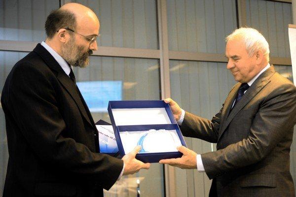 Igor Podlubný (vľavo) preberá ocenenie Vedec roka 2012.