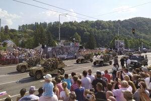 Vojenská prehliadka počas centrálnych  osláv 75. výročia Slovenského národného povstania v Banskej Bystrici.