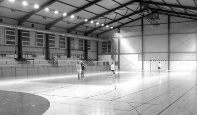 pohľad na dejisko futbalového maratónu - nová športová hala v badíne.