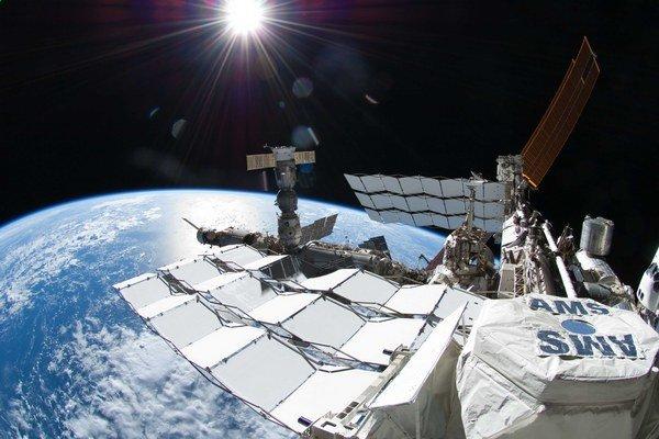 Experiment AMS (vpravo dole) umiestnili vedci na Medzinárodnú vesmírnu stanicu ISS.