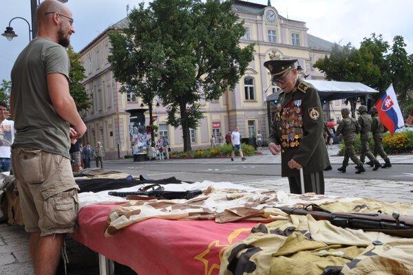 Brigádny generál vo výslužbe, 97-ročný Ján Iľanovský si pozerá výstavku vecí z II. svetovej vojny.