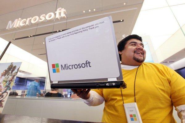 Microsoft platí programátorom asi 80-tisíc eur ročne. Vyšší plat získajú prácou pre eBay, Apple či Google.