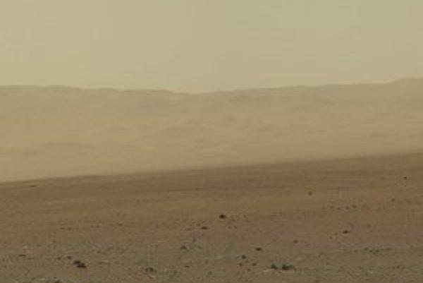 Nové snímky Marsu posiela aj rover Curiosity.