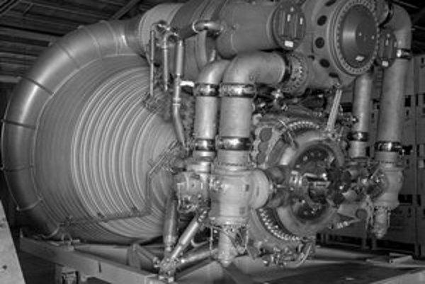 Motory F–1 boli asi šesť metrov vysoké, s palivom vážili viac ako deväť ton.