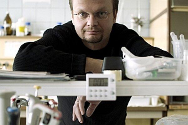 Mgr. Martin Hajduch, PhD. pracuje ako vedúci výskumného tímu na Ústave genetiky a biotechnológie rastlín SAV. Zaoberá sa skúmaním rastlín, ktoré žijú v černobyľskej oblasti a ich schopnosťou prispôsobiť sa rádioaktivite. O jeho výskume informovali prestíž