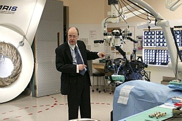 Neurochirurg Garnette Sutherland v operačnej miestnosti s robotom NeuroArm a tunelom magnetickej rezonancie (v pozadí).