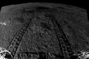 Stopy roveru Nefritový králik 2 vedúce ku kráteru, v ktorom objavili záhadný materiál.